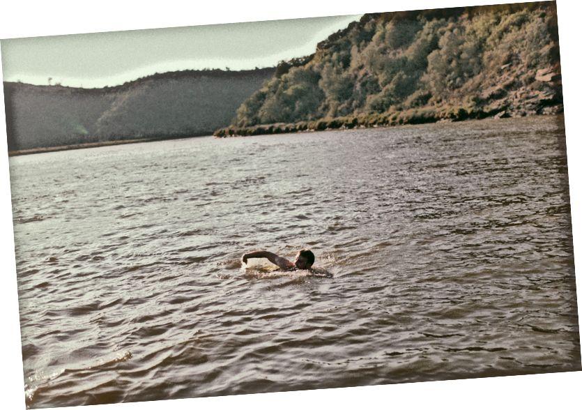 Ben bơi ngược biển đến sông Mira - Ảnh của Arthur Vallin