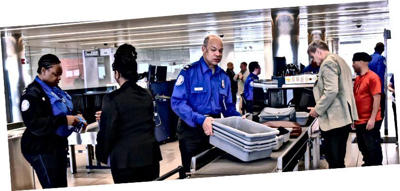 Співробітники адміністрації безпеки транспорту в лінії безпеки в міжнародному аеропорту Балтімор-Вашингтон. Фото кредит: Баррі Балер / Департамент внутрішньої безпеки