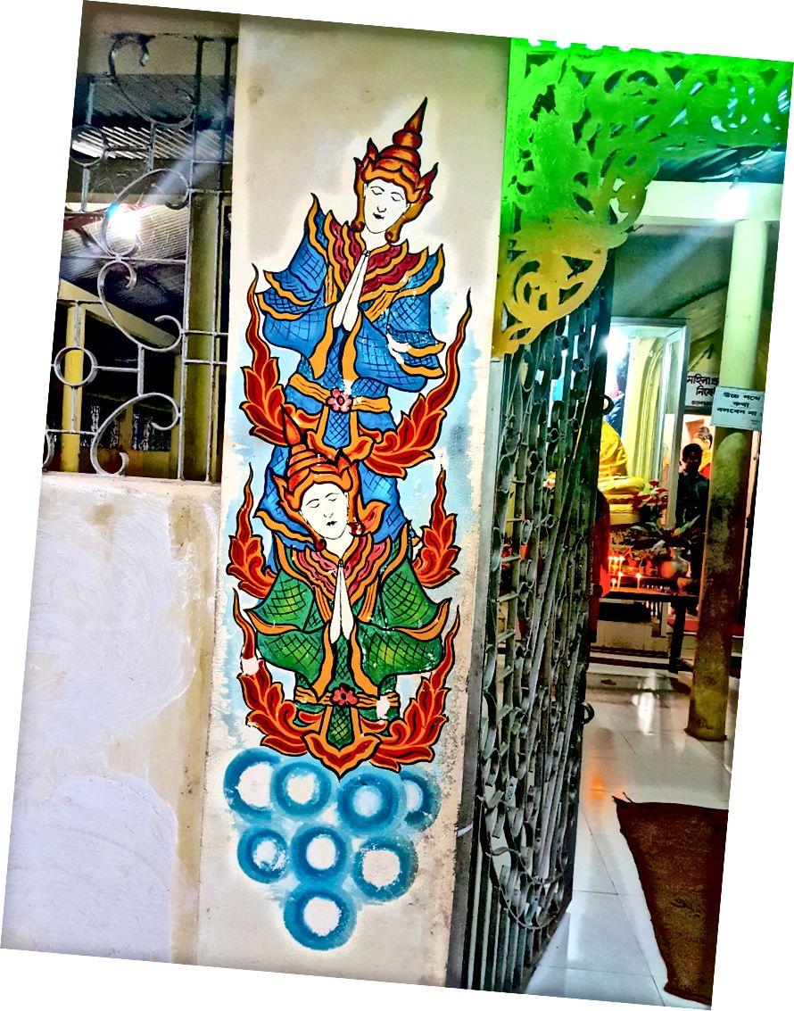 De liggende Boeddha, een kleine poort die nergens heen leidt en de kleuren van een van de vele tempels