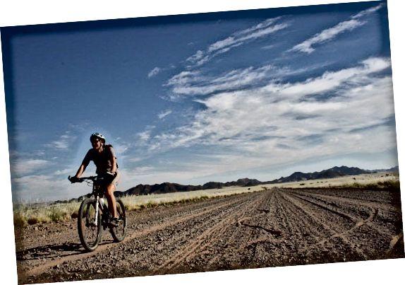 Мені на одній з рідкісних плоских секцій їзди на Tour D'Afrique.
