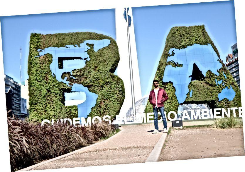Beni Buenos Aires'teki Dikilitaş'ın önünde