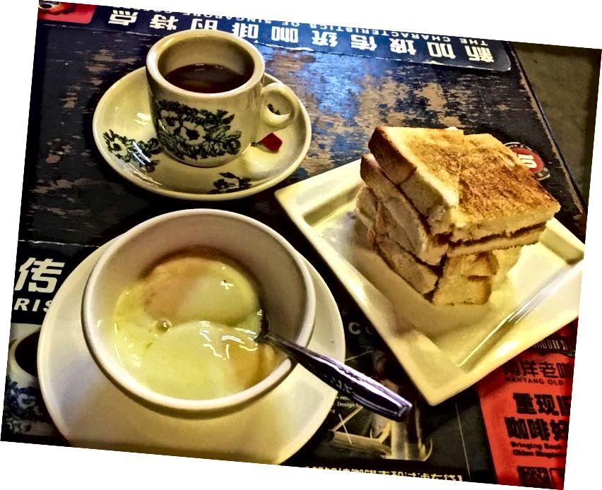 Singapurlu kahvaltı: kaya tost, yumuşak haşlanmış yumurta ve 'kopi'.