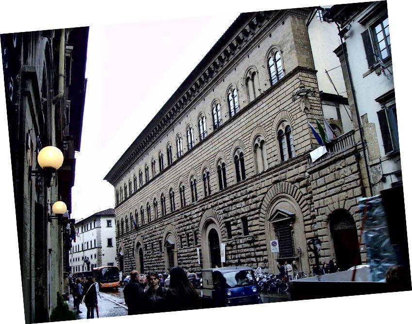 На цій фотографії зображений зовнішній вигляд палацу Медичі Ріккарді у Флоренції. Нижній рівень орієнтовно відповідає суттєвим законам епохи, які забороняли показні прояви багатства. Будівництво палацу розпочалося в 1444 році. Другий рівень виглядає менш сільським, а третій демонструє більш вишукану гладку текстуру на камені. Яїр Хаклай [CC BY-SA 3.0 (https://creativecommons.org/licenses/by-sa/3.0) або GFDL (http://www.gnu.org/copyleft/fdl.html)], із Вікімедіа