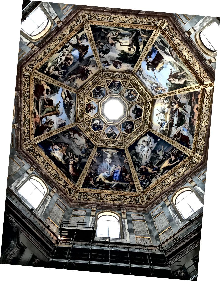 Фрески, намальовані в 1828 році П'єтро Бенвенутті, прикрашають купол мавзолею каплиці князів. Династія родини Медічі управляла Флоренцією протягом кількох століть. На куполі представлені сцени із Старого та Нового Завітів. | Фото: К. Юнг