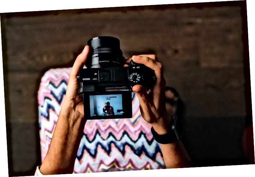 Malý, ale super výkonný fotoaparát od spoločnosti Sony. Vymeniteľná šošovka, funkcie DSLR a elektronický hľadáčik. Foto Verena Yunita Yapi na Unsplash