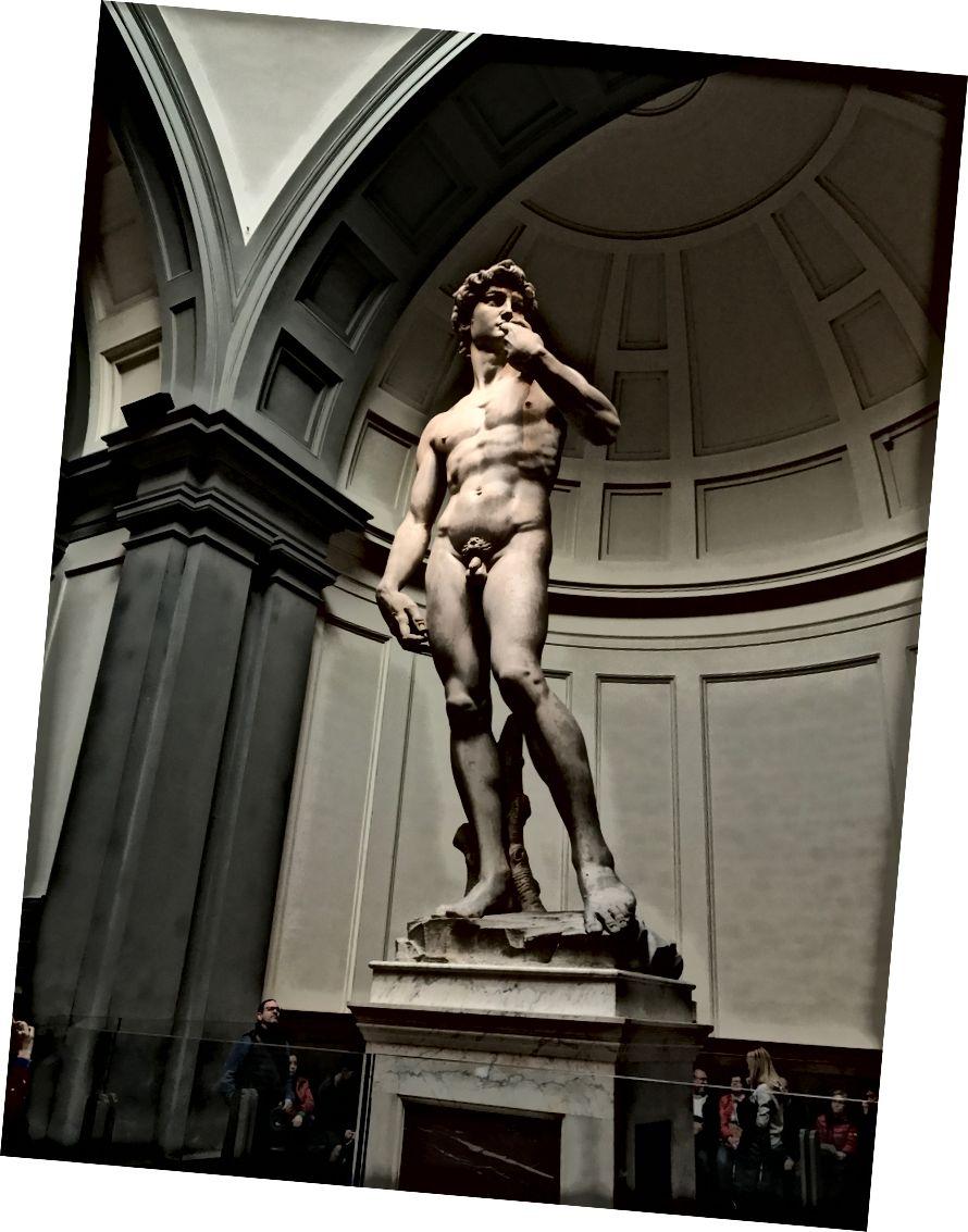 Зауважте великі руки на Давиді, розробленому Мікеланджело, щоб підкреслити руки, які вбивають Голіафа.