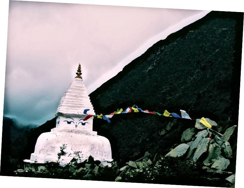Ngôi đền bê tông trắng gần núi dưới bầu trời trắng của Anjali Mehta trên Bapt