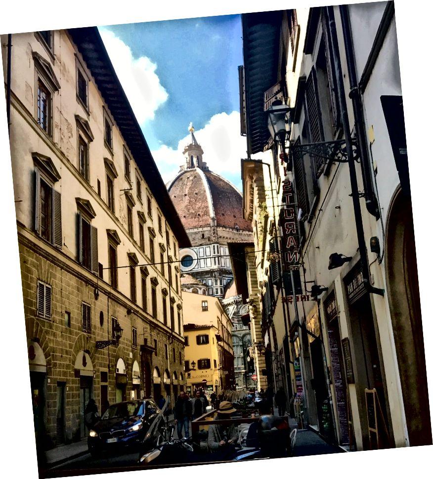 На цій фотографії не зображено надзвичайної орнаментації Дуомо в соборі Санта-Марія-дель-Фіоре, але воно передає те, як Дуомо вирізняється багатьма видами міста. | Фото: К. Юнг