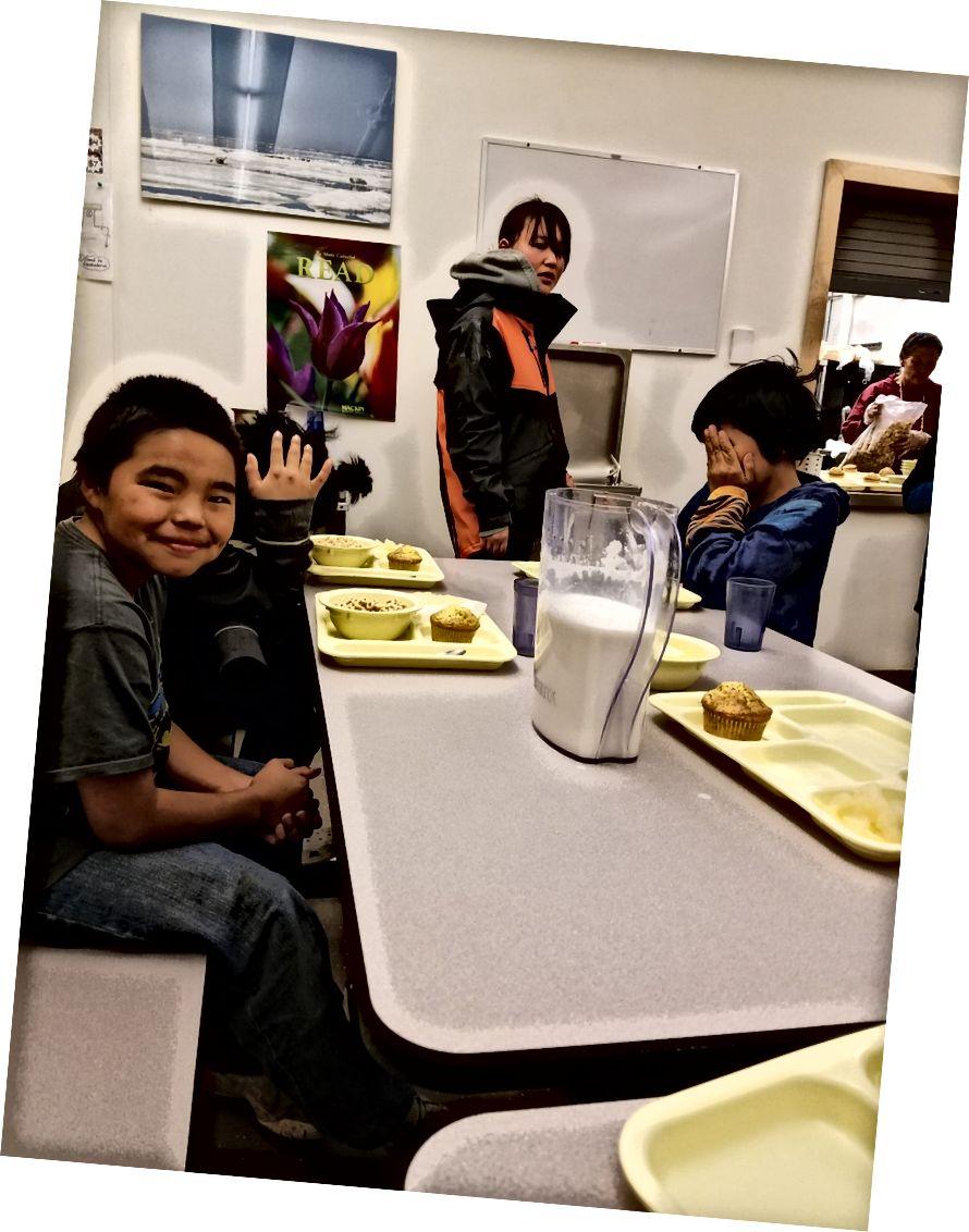 Okula geri döndüğümde, Ron'un annesi ve babası beni okul yemek alanında öğle yemeği için çocuklara katılmaya davet etti.