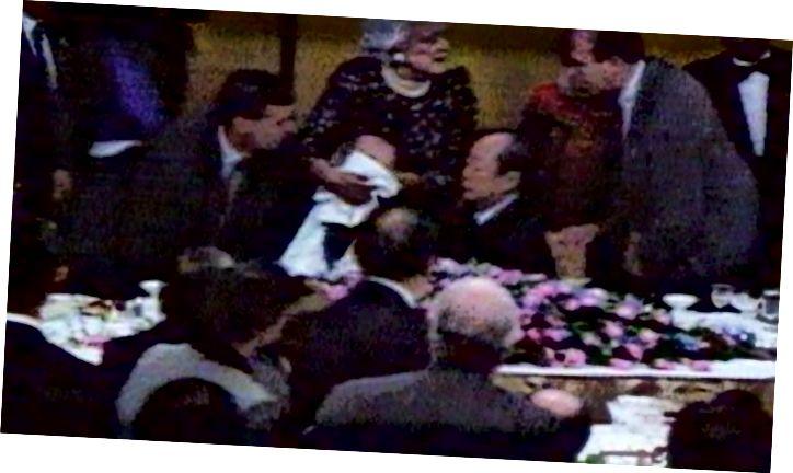 Перша леді Барбара Буш кидається на допомогу своєму чоловікові, який щойно піднявся на світового лідера. (Кредит: www.sbs.com.au)