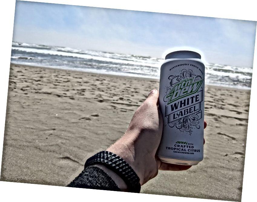 Uống nhãn trắng Mtn Dew trên bãi biển Thái Bình Dương