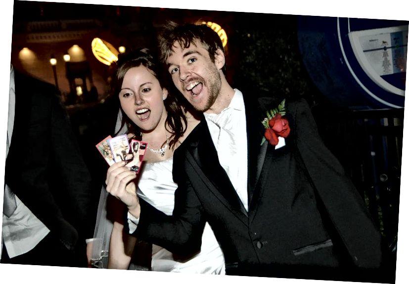 Yup, ngay cả những cặp vợ chồng mới cưới cũng không thể thoát khỏi những lá bài vũ nữ thoát y khét tiếng!