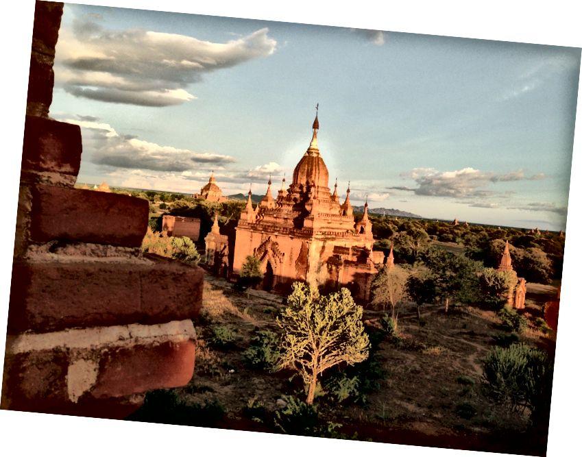 Oltin soat Bagan pagodasida. (Foto © 2013, Ted Entoni)