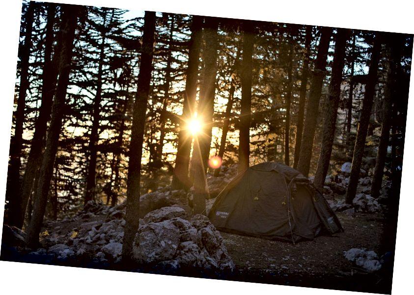 Lều và mặt trời mọc của chúng tôi.
