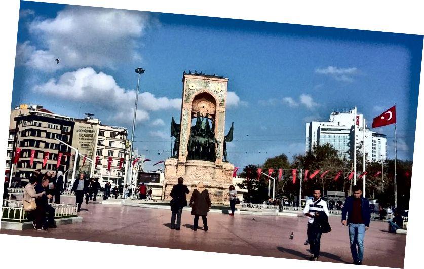 Quảng trường Taksim, Istanbul. Đây là một quảng trường ga đường sắt quan trọng và trung tâm giao thông. Đây là nơi có nhiều cuộc biểu tình phản đối kế hoạch xây dựng một trung tâm mua sắm trên đỉnh Công viên Taksim Gezi gần đó. Tượng đài là Đài tưởng niệm Cộng hòa 1928.