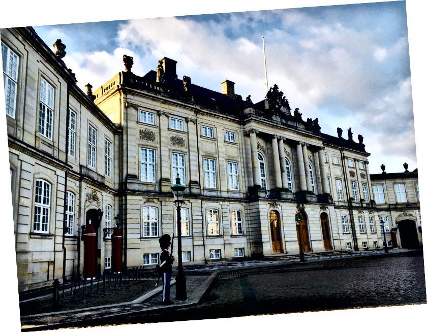 Một bên của Cung điện Amalienborg.