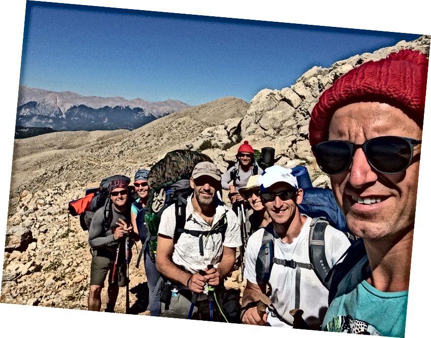 Đoán xem chúng ta đã gặp ai trên đường lên đỉnh? Vâng, đó là Igor Igor Ông bằng cách nào đó đã bỏ chúng tôi lại phía sau và đạt đến đỉnh sớm hơn chúng tôi đã làm.