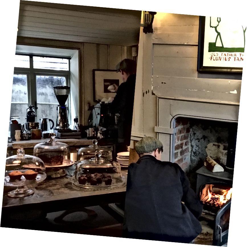 Смачні вікторіанські торти та кава біля вогню в антикварній та кав'ярній Таунхаус, вулиця Фурньє