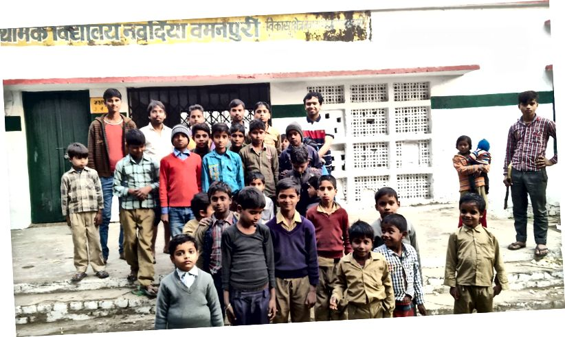 Bērnu skolas bērnu grupa Nabādijā