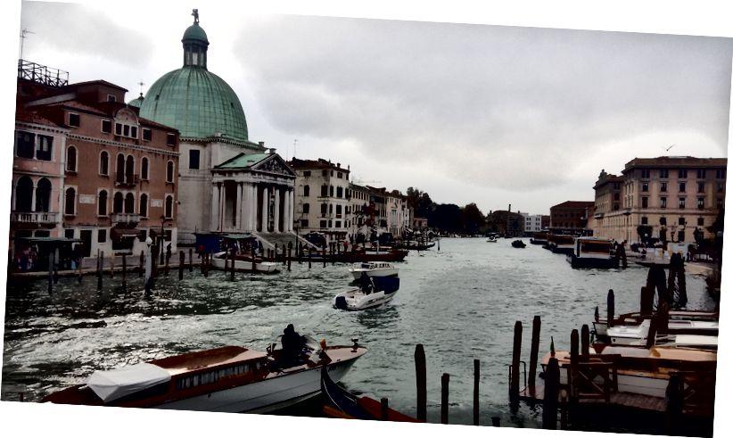 Venedik'teki tren istasyonundan ayrıldığınızda ilk gördüğünüz şey budur. İstasyon hemen sağda ve bu, şehre girmeden önce geçeceğiniz ilk köprü.% 100 araç ücretsiz