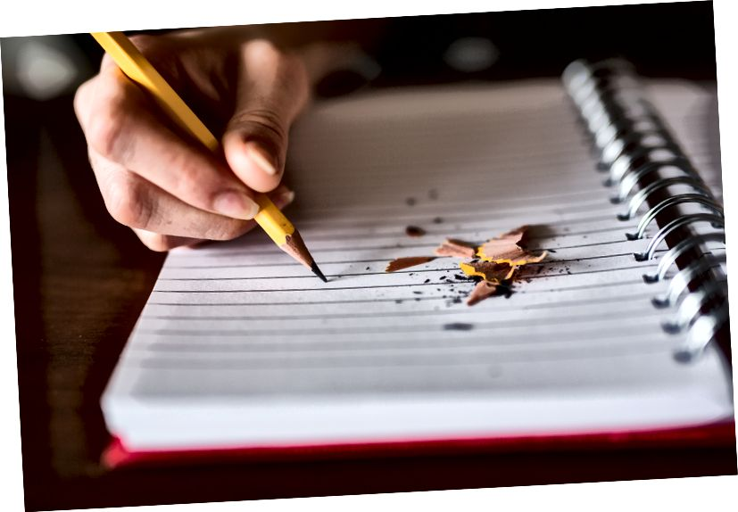 """""""Düşüncede üzerine kalem talaşı olan bir defterde kalemle yazan bir kişi"""" yazan Thought Catalog tarafından Unsplash"""