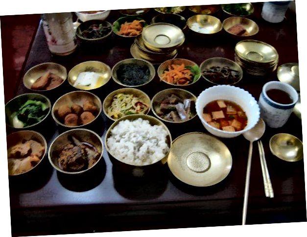 Kapaklar. (Soldan 2. yemek, 2. sıra tater tots'un Kuzey Kore versiyonudur)