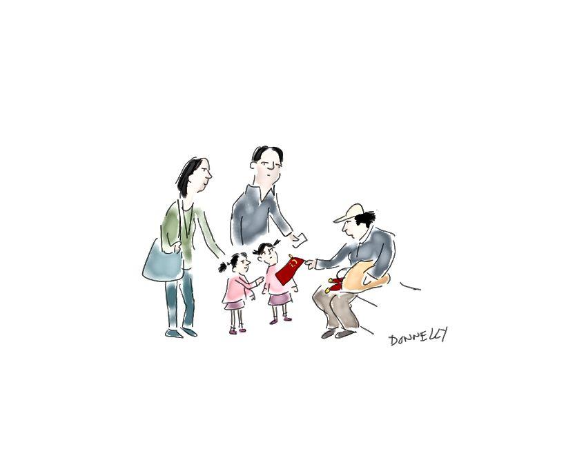 Stil sahibi iki Pekinli; bir kadın sokakta çocuklara (ya da daha ziyade ebeveynlerine) Çin bayrakları satıyor.