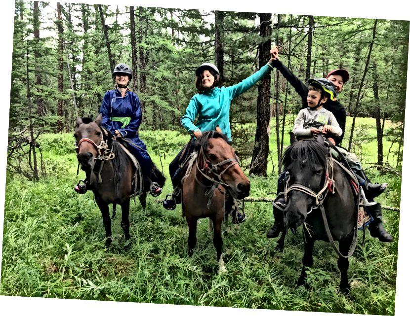 Bọn trẻ và ngựa của chúng (con trai tôi thường ngủ thiếp đi trong suốt chuyến đi nên người hướng dẫn phải ngồi với nó!)