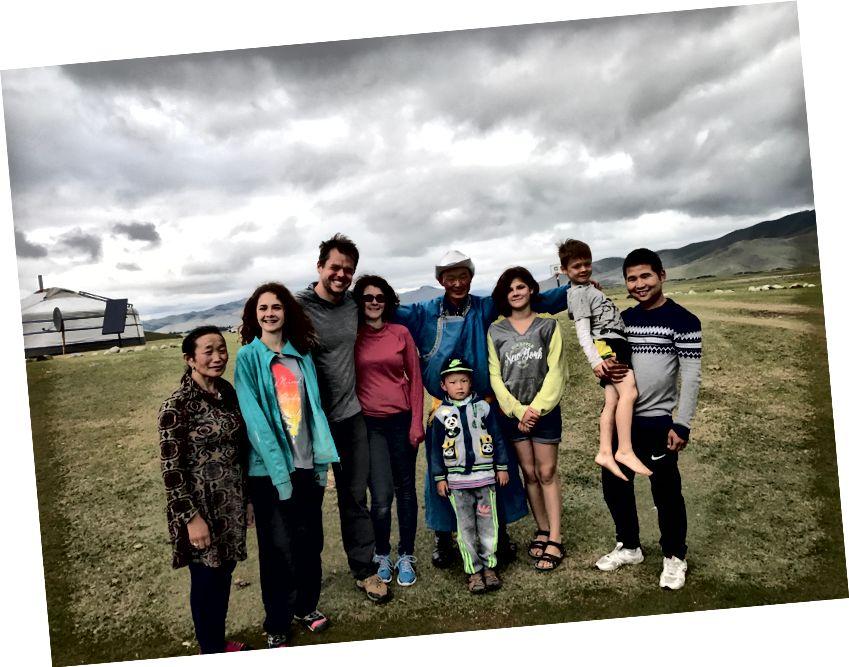 Một trong nhiều gia đình du mục đã tổ chức chúng tôi trong suốt chuyến đi - bế con trai tôi là hướng dẫn viên của chúng tôi Dashnyam