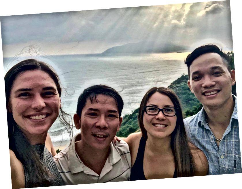 Я, наш водій, Тіфф та її двоюрідний брат Куанг, що показують точку зору Да Нангу