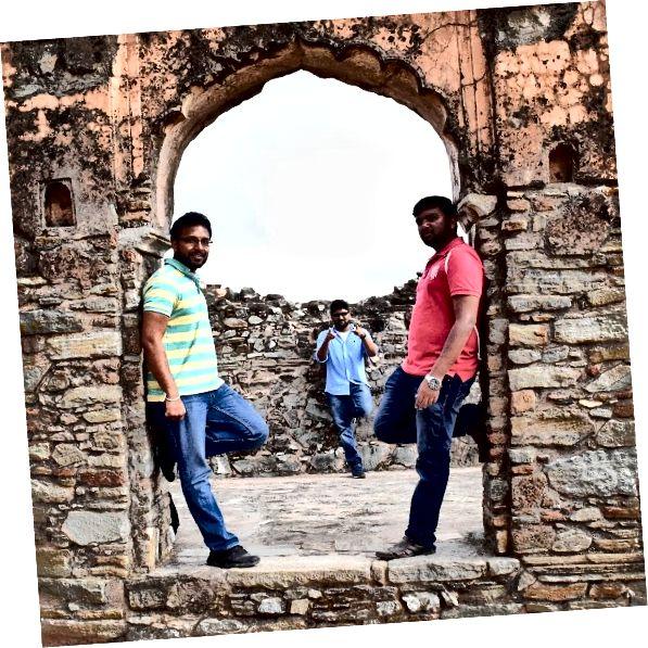 Форт Кумбалгарх відомий як Велика Індія. Він є частиною регіону Раджасманд у штаті Раджастан. Це другий за значенням форт Раджастан після Чітторгарха. Форт, який зробив свій слід в історії як друга за величиною стіна після Великої Китайської стіни. Могутній форт висотою 3600 футів і довжиною 38 км, що оточує область Удайпур. Вважалося, що його побудував Рана Кумбха в 15 столітті. Далі форт оголошений об'єктом Всесвітньої спадщини ЮНЕСКО, який знаходиться під групою Хіл Форти Раджастана. Він розташований стратегічно на західних пагорбах Араваллі.