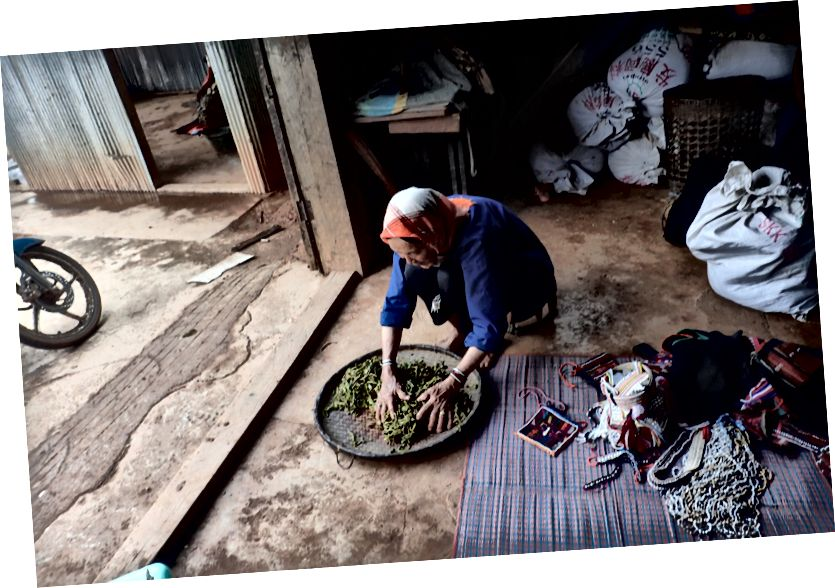 Myanmar köy kadın bize öğle yemeği yapmak
