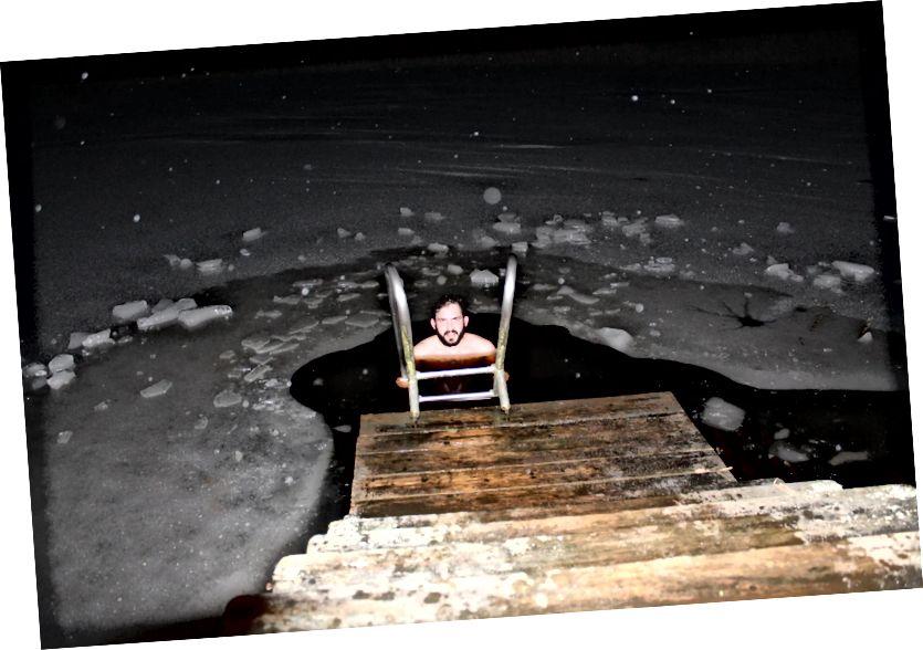 Південноафриканський Рюдігер Роуч навчився та пережив багато нового в Естонії - як поплавати в крижаному озері. Кредит на фото: Rüdiger Roach.