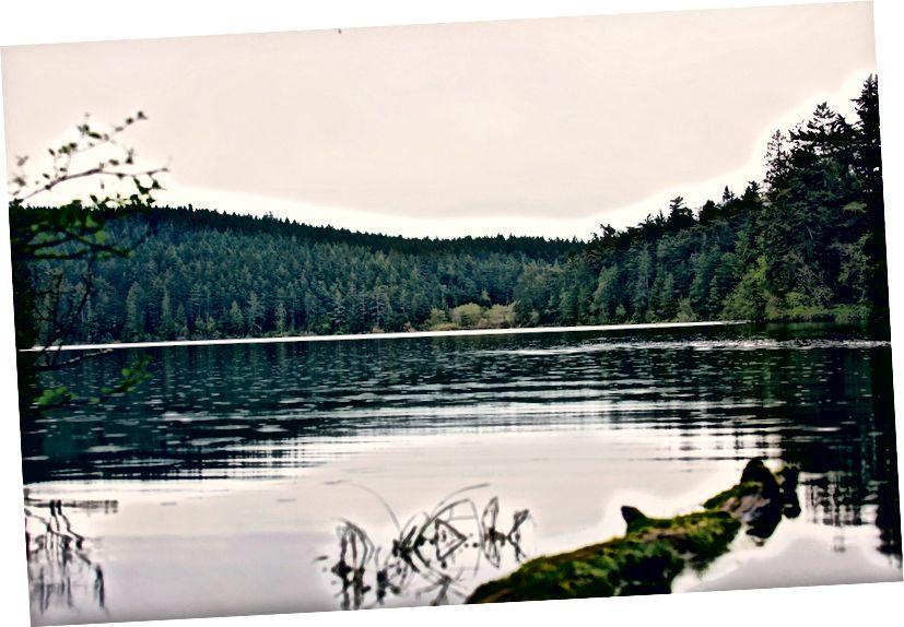 Yukarı ve Pass Gölü'ne yakın yürüyüş yapın.
