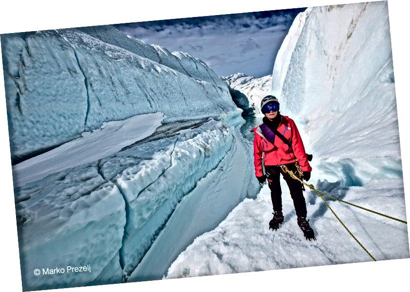 Yo escalo hielo a través de enormes montañas de hielo de decenas de metros de altura que resultan cuando el viento y el mar empujan el hielo hacia el continente, donde se dobla y se congela.