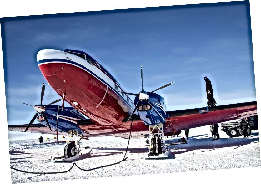 Reabastezca nuestro DC-30 Basler en FD-83. Los barriles rojos se pueden ver en la nieve a la izquierda. Dormimos en las carpas amarillas en la distancia.