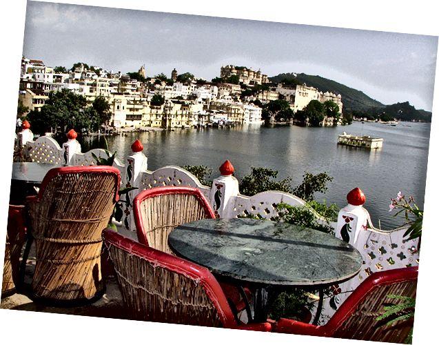 Має прекрасний вид на міський палац та мости, що перетинають озеро з ресторану на даху.