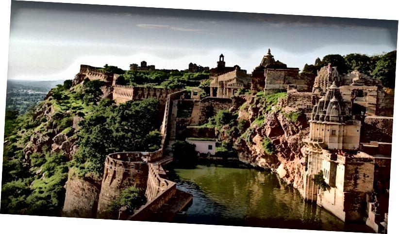 Читторгарх перегукується з історіями про мужність, гордість та пристрасть Раджпутана. Барди Раджастану співають казки про мужність та жертовність, переказуючи історії, відомі кожній дитині та дорослому у місті. Чітторгарх названий на честь його найбільш вражаючої структури - форту Читторгарх, що стоїть на пагорбі висотою 180 метрів і розкинувся на 700 гектарах. Форт Читторгарх мав бурхливе минуле. Цей бастіон Раджпутів тричі стикався з жорстокими атаками. Перший був у 1303 році, коли султан Делі, Ала-уд-дін Хілджі, котрий був закоханий королевою Падміні, розпочав напад, щоб її викрасти. Більше двох століть пізніше, у 1533 році, величезну руйнацію заподіяв Бахадур Шах, султан Гуджарату. Через чотири десятиліття, у 1568 р., Імператор маґал Акбар напав і захопив форт. Нарешті, у 1616 році, під владою імператора маголів Джахангіра, форт було повернуто Раджпутам