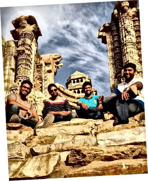 Башта Перемоги - (Vijay Stambh) і Башта слави - (Kirti Stambh): Побудована в 1440 році нашої ери Махараною Кумбою, щоб відзначити його перемогу над Мохамедом Хілджі, цю 9-поверхову вежу прикрашають скульптури індуїстських божеств навколо.