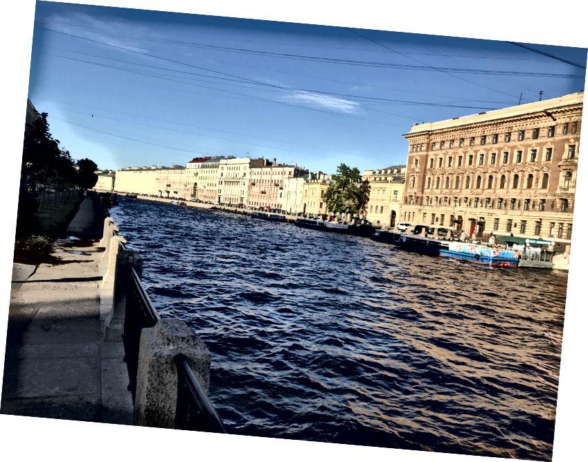 Solda: Sovyet dönemindeki anıtları ve binaları geçerek Saint Petersburg'a gitmek. Sağda: Tarihi merkez Venedik'i andırıyor.
