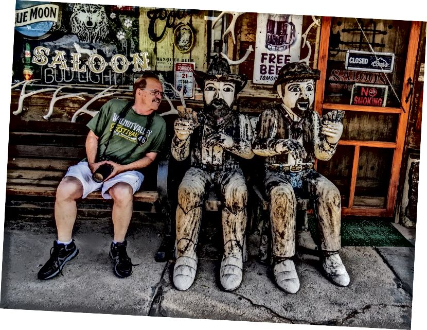 Перевірка руки, яку передали цій дерев'яній фігурі в Буффало, штат Вайомінг.