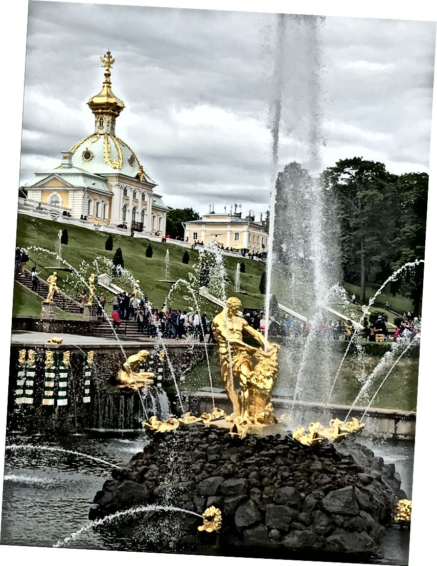 Peterhof Sarayı'nda yaldızlı çeşmeler.