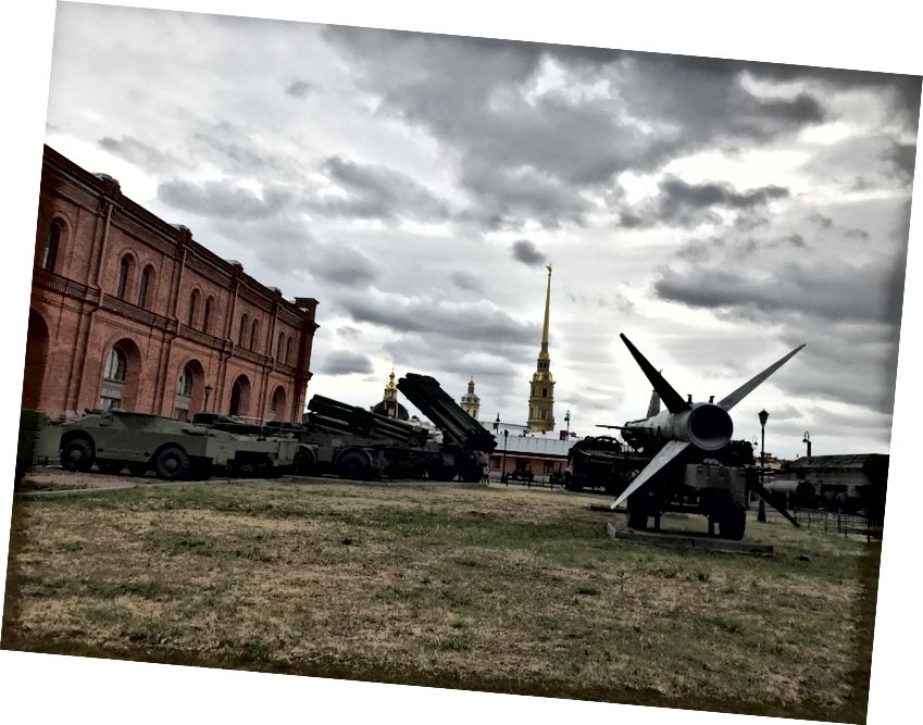 Topçu Müzesi (kırmızı), tarihi ve modern Rus topçularının açık bir sergisini içerir.
