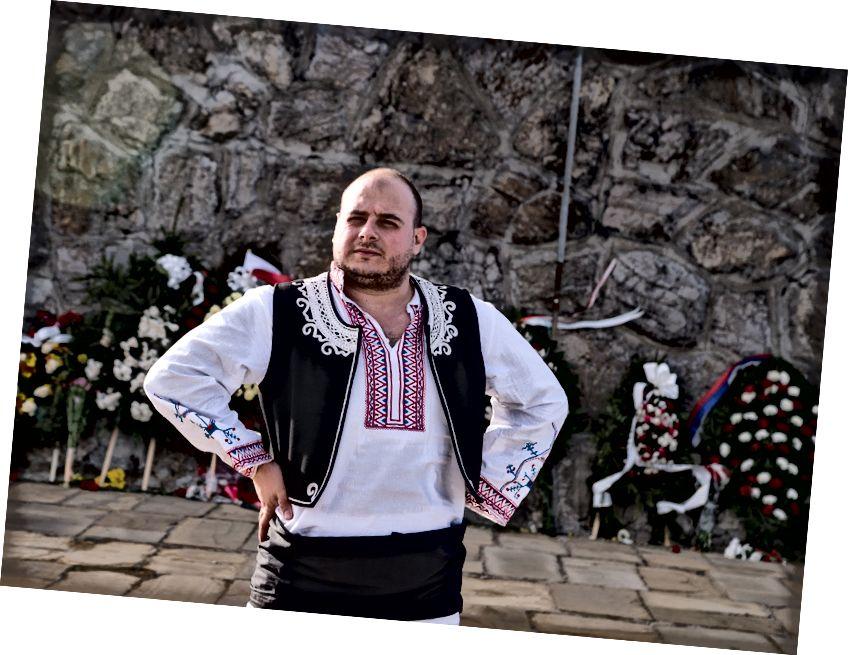 Todor geleneksel Bulgar kostümü giyiyor. Çekimler, 3 Mart, Bulgaristan Ulusal Günü'nü kutlayan bir gezi sırasında çekildi.