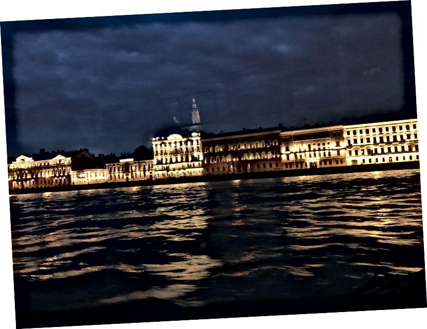 Neva Nehri'nden görülen St Petersburg geceleri.