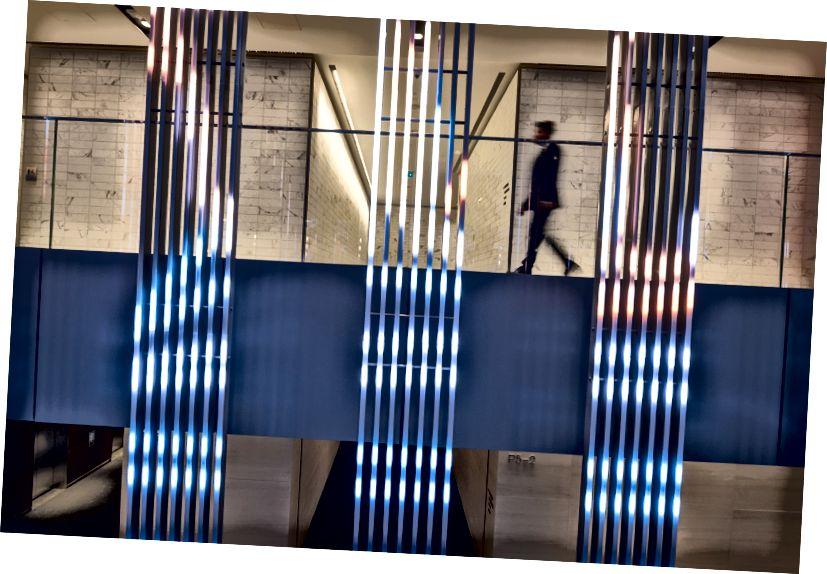 Một người đi lại đằng sau màn hình LED Herald / Harbinger ở cấp độ +15 của tòa nhà. Ảnh của Brett Gilmour.