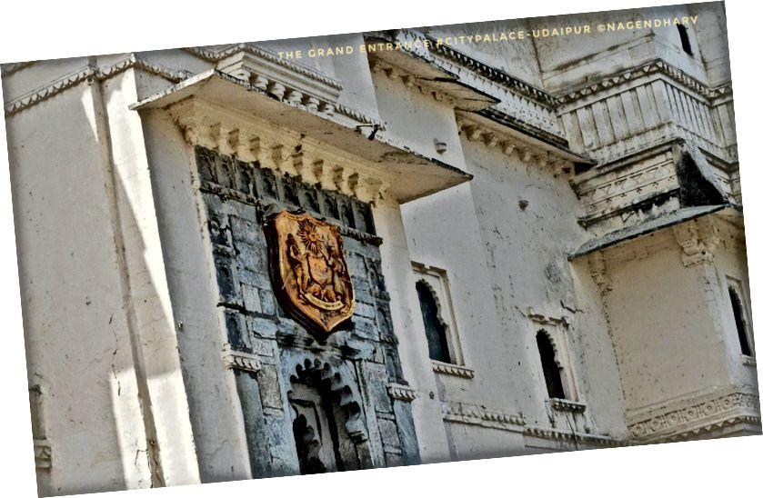 Музей міського палацу має чудову колекцію старовинних скульптур, курйозів, антикваріатів та написів минулої епохи. Розташований всередині комплексу Міського палацу, цей музей також відомий як Музей Пратапа. Увійшовши до міського палацу, прямий шлях доставить вас до цього музею артефактів. Вхідні ворота Міського музею відомі як Ганеш Деорі, що означає «Двері лорда Ганеша». Зайшовши у двері, ви опинитесь у дворі, який ідентифікується як Раджая Анган (Королівський двір). Це саме місце, де Махарана Удай Сінгх попросив побудувати місто мудрецем.