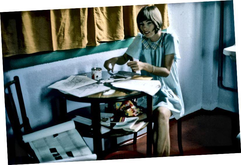 Maureen Wheeler, saliekot rokas ar rokām, lai vienmēr Lonely Planet ceļotu pa Dienvidaustrumu Āziju, izmantojot kurpīti, The Palace Hotel, Singapūra, 1975. gadā