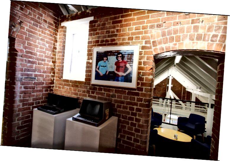 Lonely Planet Carlton birojā Melburnā atrodas liela daļa Lonely Planet arhīva, ieskaitot dažus no agrīnajiem datoriem, kurus izmantoja