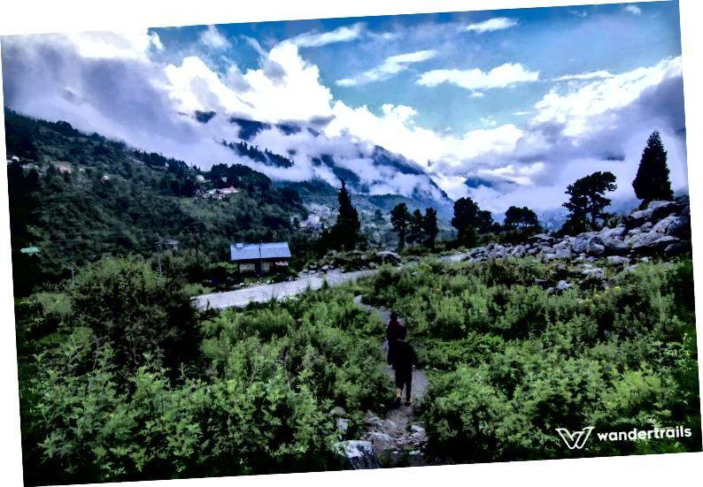 Оточений високими вершинами, оповитими хмарами